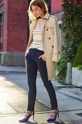Как и с чем носить: бежевый плащ, бежевый свитер с круглым вырезом в горизонтальную полоску, темно-синие узкие брюки в вертикальную полоску, темно-синие кожаные туфли