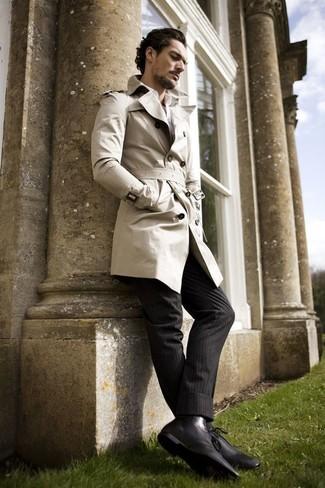 Модный лук: бежевый плащ, белая классическая рубашка, черные классические брюки в вертикальную полоску, черные кожаные классические ботинки