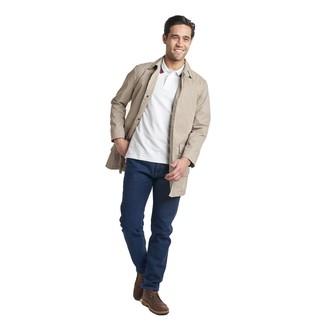 Модные мужские луки 2020 фото: Если ты принадлежишь к той немногочисленной категории мужчин, способных неплохо разбираться в трендах, тебе придется по душе сочетание бежевого плаща и темно-синих джинсов. Любители незаезженных сочетаний могут дополнить образ темно-коричневыми кожаными ботинками дезертами.