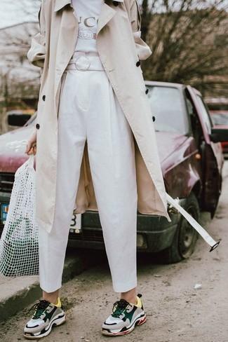 Как и с чем носить: бежевый плащ, белая футболка с круглым вырезом с принтом, белые брюки-галифе, серые кроссовки