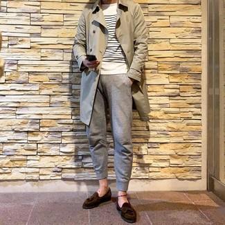 Как и с чем носить: бежевый плащ, бело-темно-синий свитер с круглым вырезом в горизонтальную полоску, серые спортивные штаны, темно-коричневые замшевые лоферы с кисточками