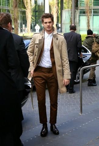Как и с чем носить: бежевый плащ, коричневый костюм, белая классическая рубашка, темно-коричневые кожаные оксфорды
