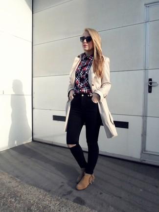 Бежевый плащ и черные рваные джинсы скинни — необходимые вещи в арсенале стильной девушки. И почему бы не добавить в этот образ элегантности с помощью коричневых замшевых ботильонов?
