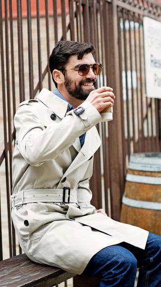 Сочетание бежевого плаща и темно-синих джинсов поможет реализовать в твоем образе классический мужской стиль.
