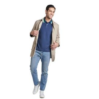 Как и с чем носить: бежевый плащ, темно-синяя футболка-поло, голубые джинсы, белые кожаные низкие кеды