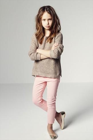 Как и с чем носить: бежевый свитер, розовые джинсы, золотые балетки