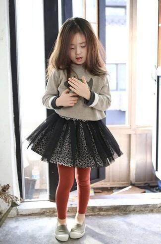 Как и с чем носить: бежевый свитер с принтом, серая юбка из фатина, серые лоферы, красные колготки