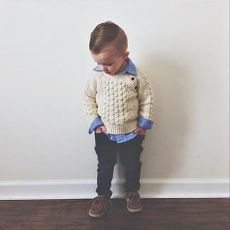 Как и с чем носить: бежевый свитер, синяя рубашка с длинным рукавом, темно-синие джинсы, коричневые топсайдеры