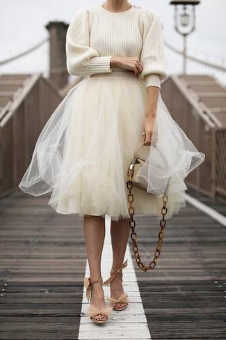 Как и с чем носить: бежевый свитер с круглым вырезом, бежевая пышная юбка из фатина, бежевые замшевые босоножки на каблуке, бежевая кожаная сумка через плечо