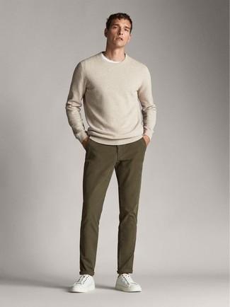 С чем носить бежевый свитер с круглым вырезом мужчине: Бежевый свитер с круглым вырезом и оливковые брюки чинос — неотъемлемые составляющие в гардеробе поклонников расслабленного стиля. Если тебе нравится экспериментировать, на ноги можно надеть белые низкие кеды из плотной ткани.