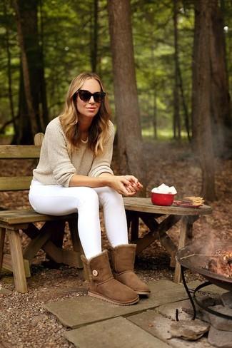 Белые джинсы скинни: с чем носить и как сочетать: Бежевый свитер с круглым вырезом в паре с белыми джинсами скинни поможет выразить твой индивидуальный стиль и выгодно выделиться из серой массы. Коричневые угги гарантируют удобство в движении.