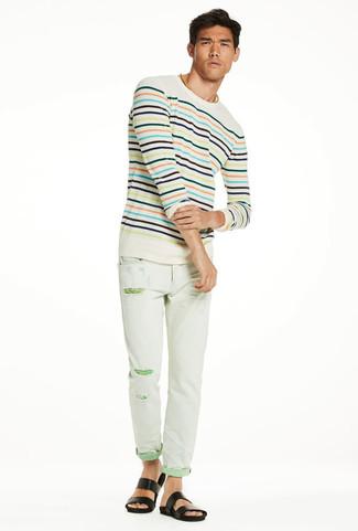 Как и с чем носить: бежевый свитер с круглым вырезом в горизонтальную полоску, мятные рваные зауженные джинсы, черные кожаные сандалии