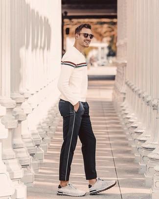 Как и с чем носить: бежевый свитер с круглым вырезом в горизонтальную полоску, черные спортивные штаны, серые замшевые кроссовки