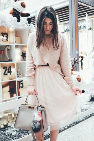 Как и с чем носить: бежевый свитер с круглым вырезом, розовая шифоновая юбка-миди, серая кожаная большая сумка, черный кожаный ремень