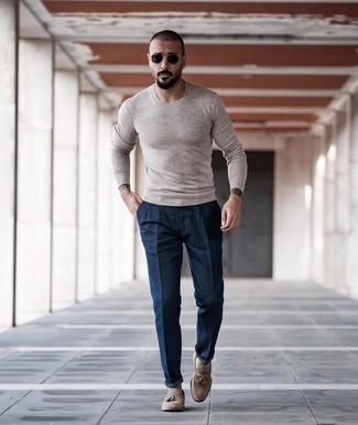 Как и с чем носить: бежевый свитер с круглым вырезом, темно-синие брюки чинос, бежевые замшевые лоферы с кисточками, черно-золотые солнцезащитные очки