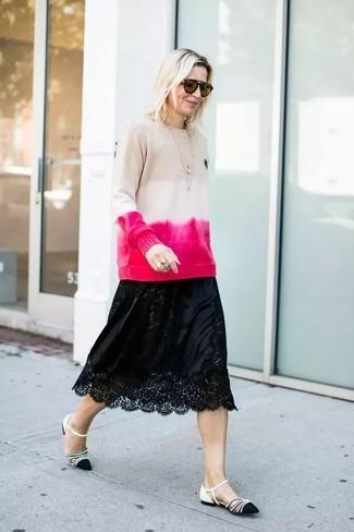 Как и с чем носить: бежевый свитер с круглым вырезом c принтом тай-дай, черная кружевная юбка-миди, черно-белые кожаные балетки, коричневые солнцезащитные очки