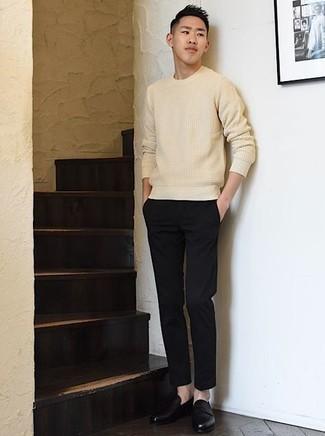 С чем носить бежевый свитер с круглым вырезом мужчине: Бежевый свитер с круглым вырезом и черные брюки чинос прочно обосновались в гардеробе современных мужчин, позволяя создавать запоминающиеся и функциональные луки. Думаешь привнести в этот ансамбль толику строгости? Тогда в качестве обуви к этому луку, обрати внимание на черные кожаные лоферы.
