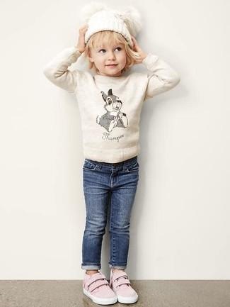 Как и с чем носить: бежевый свитер, темно-синие джинсы, розовые кеды, белая шапка