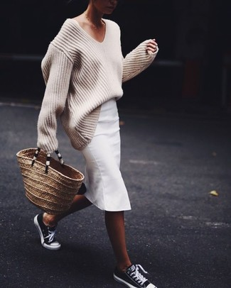 Как и с чем носить: бежевый вязаный свободный свитер, белая юбка-карандаш, черно-белые низкие кеды, светло-коричневая соломенная большая сумка
