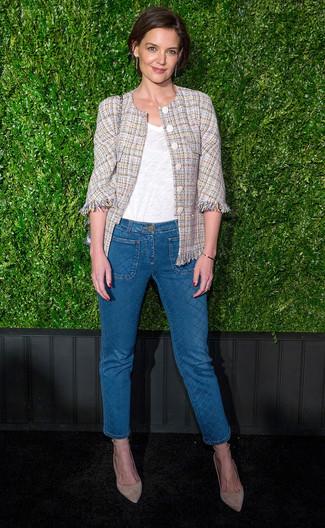 Как и с чем носить: бежевый твидовый жакет, белая футболка с v-образным вырезом, синие джинсы, бежевые замшевые туфли