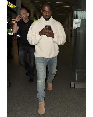 Как Kanye West носит Бежевый худи, Синие рваные зауженные джинсы, Бежевые замшевые ботинки челси