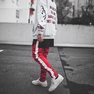 Как и с чем носить: бежевый худи с принтом, черная футболка с круглым вырезом, красно-белые спортивные штаны в вертикальную полоску, белые кожаные низкие кеды