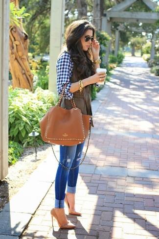 Сочетание темно-коричневой безрукавки и синих рваных джинсов скинни поможет создать интересный образ в стиле кэжуал. Чтобы немного разнообразить образ и сделать его элегантнее, можно надеть светло-коричневые кожаные туфли.