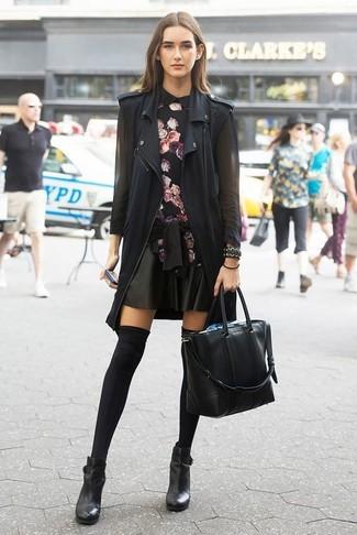 Как и с чем носить: черная безрукавка, черная блузка с длинным рукавом с цветочным принтом, черная кожаная короткая юбка-солнце, черные кожаные ботильоны