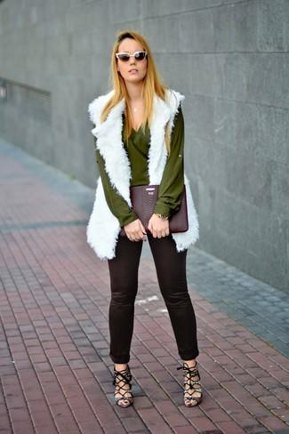 Как и с чем носить: белая меховая безрукавка, оливковая блузка с длинным рукавом, черные узкие брюки, серые кожаные босоножки на каблуке со змеиным рисунком