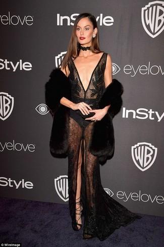 Как и с чем носить: черная меховая безрукавка, черное кружевное вечернее платье с украшением, черные кожаные гладиаторы, черное кружевное ожерелье-чокер