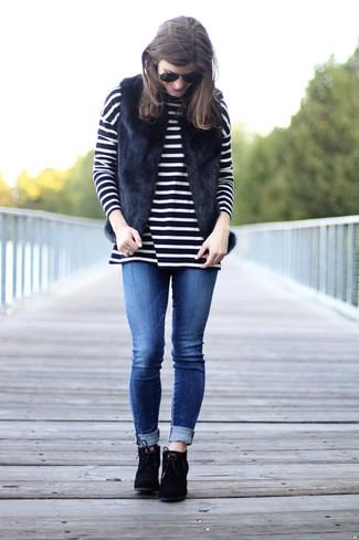 Модные женские луки 2020 фото: Согласись, сочетание черной меховой безрукавки и синих джинсов скинни выглядит очень привлекательно? В паре с черными замшевыми ботильонами на шнуровке такой лук выглядит особенно удачно.