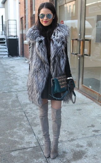 Модный лук: Серая меховая безрукавка, Черная водолазка, Черная короткая юбка-солнце, Серые замшевые ботфорты
