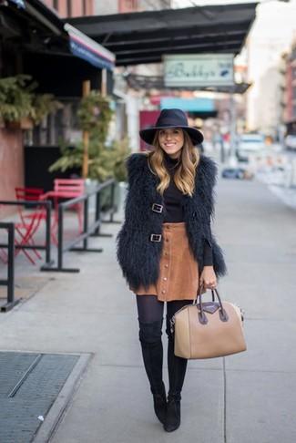 Как и с чем носить: черная меховая безрукавка, черная водолазка, коричневая вельветовая юбка на пуговицах, черные замшевые ботфорты