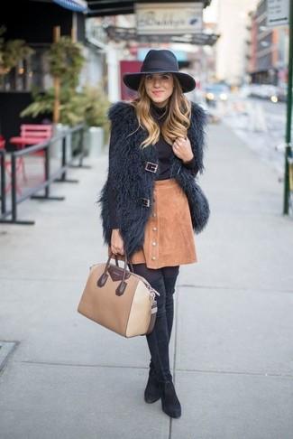 Как и с чем носить: черная меховая безрукавка, черная водолазка, светло-коричневая замшевая юбка на пуговицах, черные замшевые ботфорты