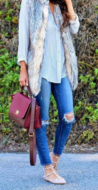 Как и с чем носить: бежевая меховая безрукавка, голубая классическая рубашка, синие рваные джинсы скинни, розовые кожаные балетки