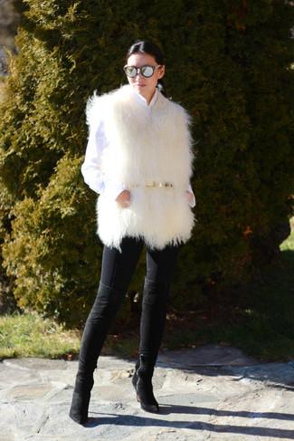 Модный лук: Белая меховая безрукавка, Белая классическая рубашка, Черные джинсы скинни, Черные замшевые ботфорты