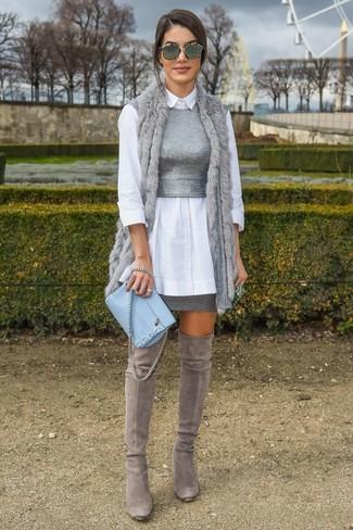 Как и с чем носить: серая меховая безрукавка, белая классическая рубашка, серый вязаный укороченный топ, серая мини-юбка