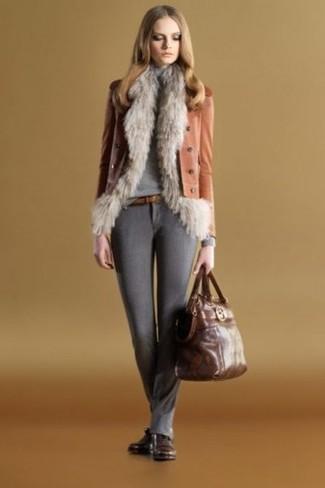 Как и с чем носить: серая меховая безрукавка, табачная кожаная косуха, серая водолазка, темно-серые шерстяные узкие брюки