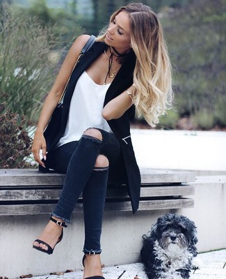 Как и с чем носить: черная безрукавка, белая шелковая майка, темно-серые рваные джинсы скинни, черные кожаные босоножки на каблуке