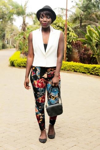 Как и с чем носить: белая безрукавка, черная майка, черные узкие брюки с цветочным принтом, черные замшевые балетки