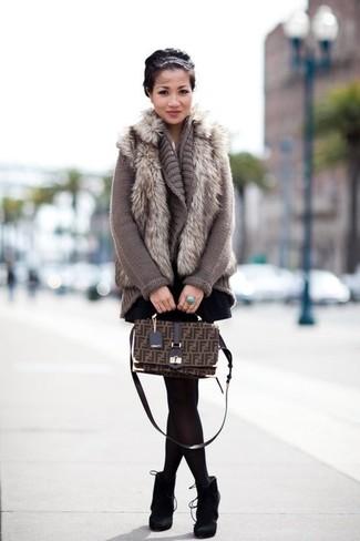 Как и с чем носить: серая меховая безрукавка, серый вязаный открытый кардиган, черная короткая юбка-солнце, черные замшевые ботильоны
