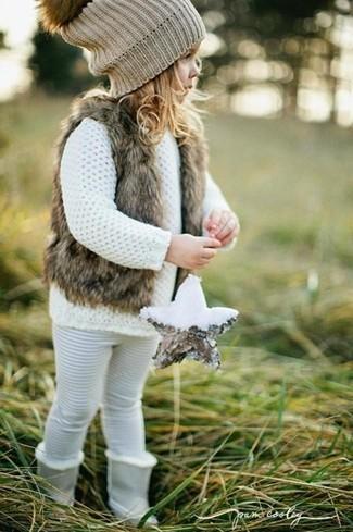 Как и с чем носить: коричневая меховая безрукавка, белый свитер, белые леггинсы, серые ботинки
