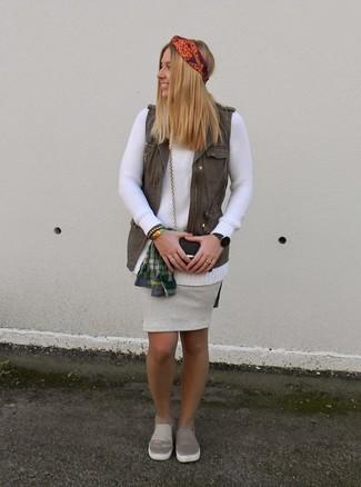 Как и с чем носить: оливковая безрукавка, белый свитер с круглым вырезом, темно-зеленая классическая рубашка в шотландскую клетку, серая кожаная юбка-карандаш