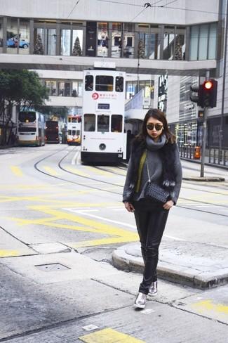 Как и с чем носить: черная меховая безрукавка, темно-серый свитер с хомутом, черные кожаные джинсы скинни, серебряные кожаные слипоны