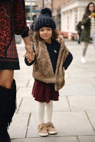 Как и с чем носить: коричневая меховая безрукавка, черный свитер, темно-красная юбка, светло-коричневые кеды
