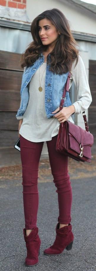 Как и с чем носить: синяя джинсовая безрукавка, серый свободный свитер, темно-красные джинсы скинни, темно-красные замшевые ботильоны