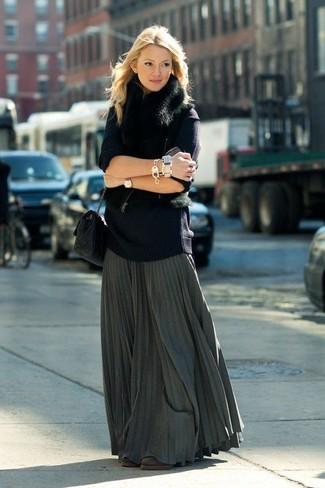 Как и с чем носить: черная меховая безрукавка, темно-синий свободный свитер, темно-серая длинная юбка со складками, темно-коричневые замшевые ботильоны