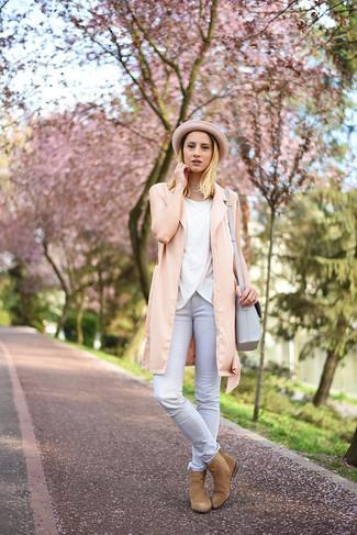 Как и с чем носить: розовая безрукавка, белый топ без рукавов, серые джинсы скинни, светло-коричневые замшевые ботинки челси