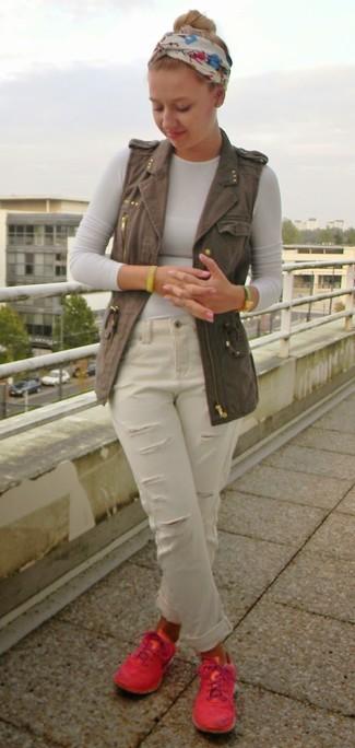 Как и с чем носить: темно-серая джинсовая безрукавка, белая футболка с длинным рукавом, белые рваные джинсы-бойфренды, ярко-розовые низкие кеды