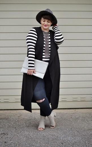 Черные рваные джинсы скинни: с чем носить и как сочетать: Если ты любишь одеваться красиво и при этом чувствовать себя комфортно и нескованно, попробуй это сочетание черной безрукавки и черных рваных джинсов скинни. В этот лук легко интегрировать пару серых кожаных ботильонов с вырезом.